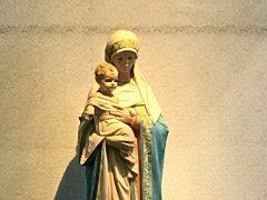 穏やかな表情の聖母子は心が和む。