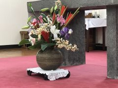 祭壇前にも月桃の花が