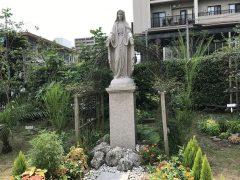 マリア様の両脇の日本の植物エニシダの木。エリヤが逃れ身を横たえのはエニシダの木の下(列王記上19.5)。
