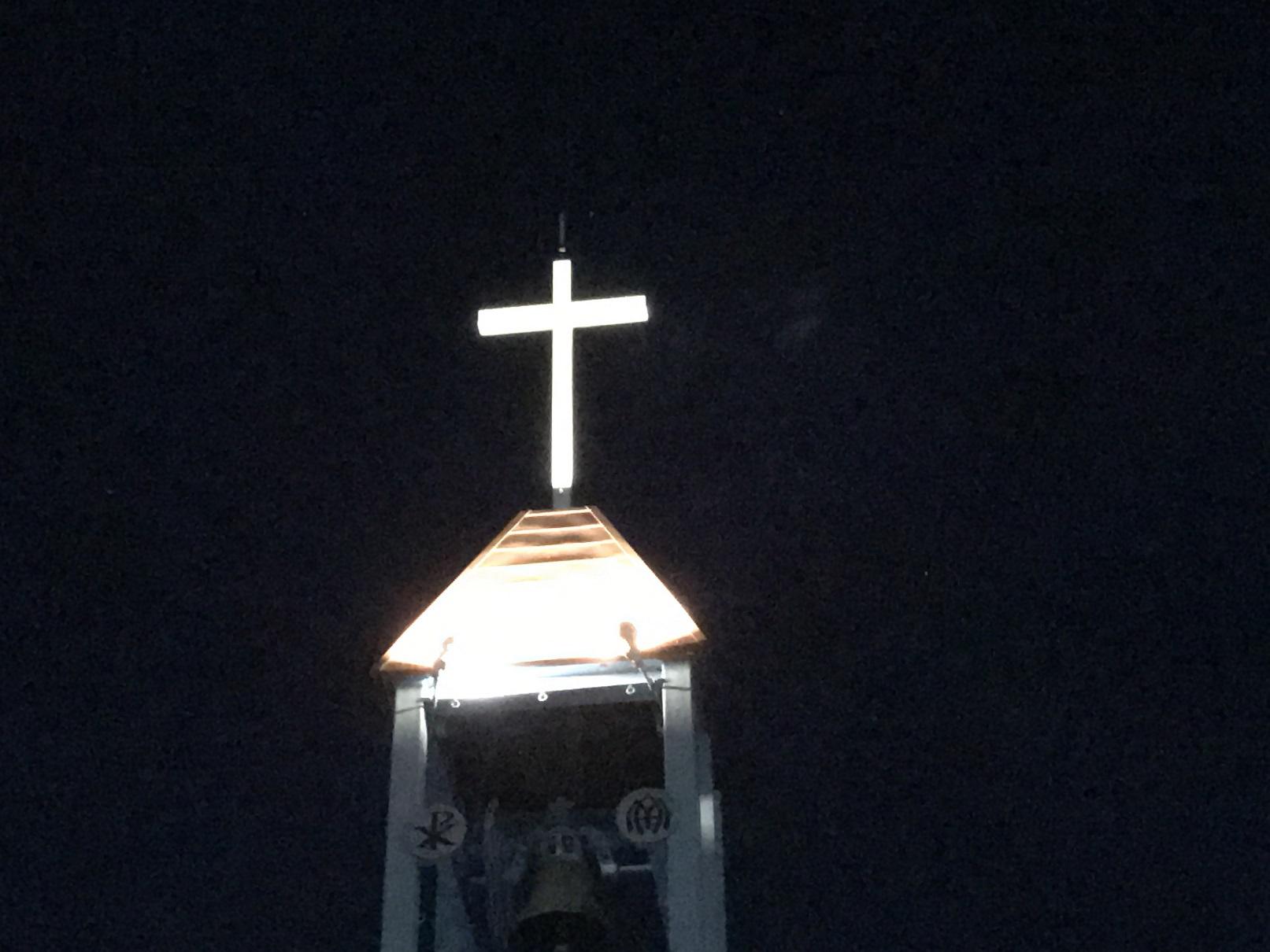 瀬留教会のライトアップされた十字架