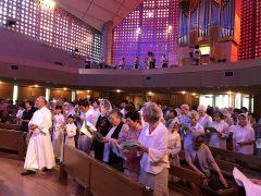 補助席も用意された聖堂は満杯