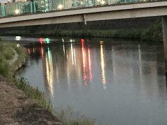 夕暮れ時の甲突川河畔