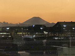 暮れゆく羽田空港からの富士山
