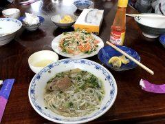 お昼はベトナム特性のホ(米製麺)