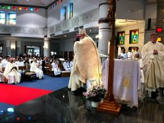新司教歓迎のあいさつを交わす司教団