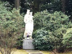 大使館の庭に立つ聖母