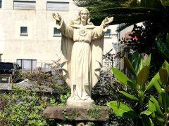 志布志教会庭先に立つみこころ像