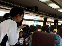 バスの中でも先生は子供たちアイドル