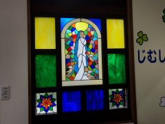 玄関左のステンドグラスの聖母
