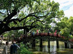 橋を渡り右が美術館で直進は天満宮