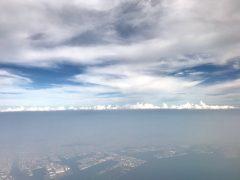 帰りの飛行機は雲の下