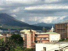 丘の上から街を見守る聖母