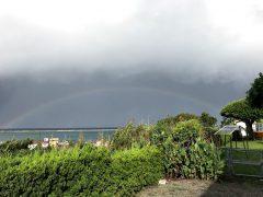 ミサ前、雨上りの空にうっすらと虹が
