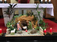 鴨池教会祭壇前の馬小屋