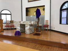 祭壇前の紫の台に十字架安置