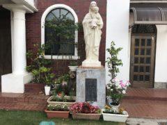 マリア様の周りが花で埋まりだした