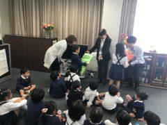 手作りカレンダーと花束贈呈