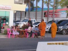 祝福を受ける観光客