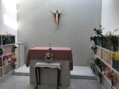 信者たちに囲まれて眠る司教(祭壇下)