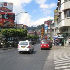 手前右上に司教館。この坂を下ったところにアバスセンター。