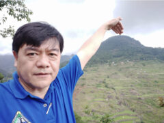 ピーター君。キルキル山を指した自撮り。