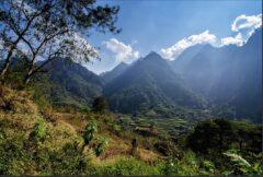 遠くに棚田が見えるが山岳地方の典型的風景